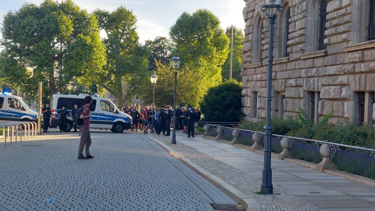 """Den """"Kessel"""" für den Gegenprotest hielten die Polizeibeamten so lange aufrecht, bis die """"Bürgerbewegung"""" ihren Rundgang beendet hatte. Foto: LZ"""