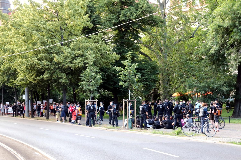 Ein Blockadeversuch am Ring in Unterzahl. Foto: LZ