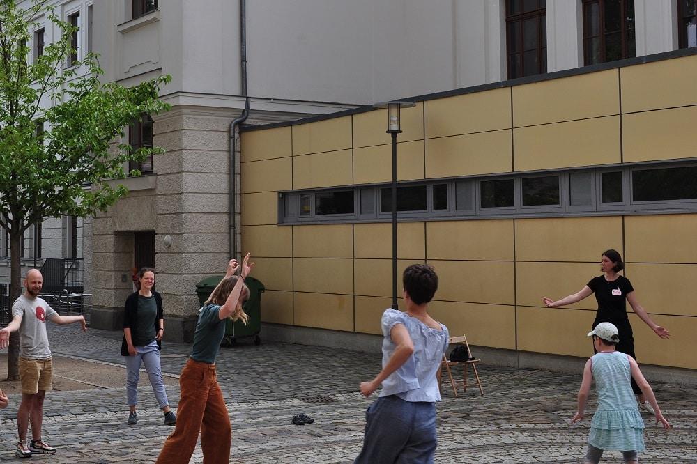 Kleines Warm-Up für die Teilnehmer/-innen des Stadt-Theater-Zukunft-Experiments. Foto: Antonia Weber