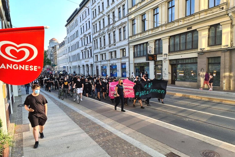 """Poggenburgs Ankündigung, heute zu kommen, hat den Protest verstärkt - Der Gegenprotest von """"Leipzig nimmt Platz"""" auf der Karli Richtung Wagnerplatz. Foto: LZ"""