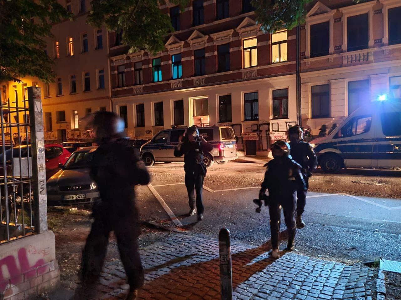 Die Polizei beginnt den anliegenden Park an der Wurzner Höhe Roßbacher Straße zu räumen. Foto: LZ