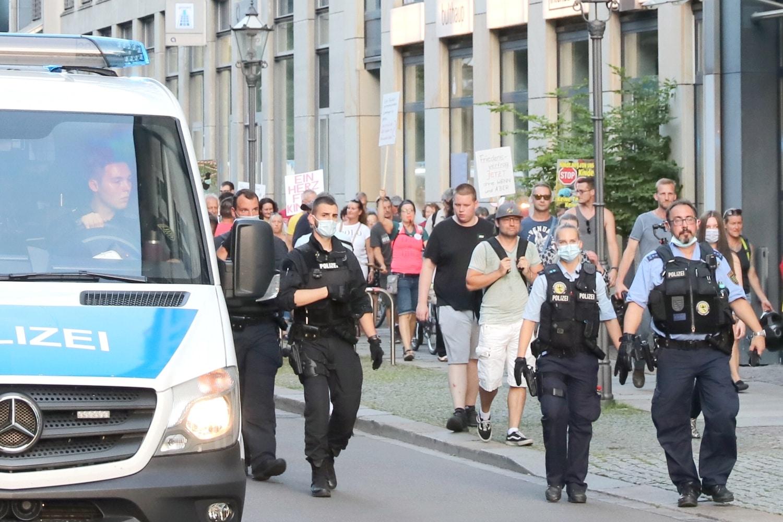 Eng von der Polizei begleitet - die Bürgerbewegung Leipzig am 28. Juni. Foto: LZ