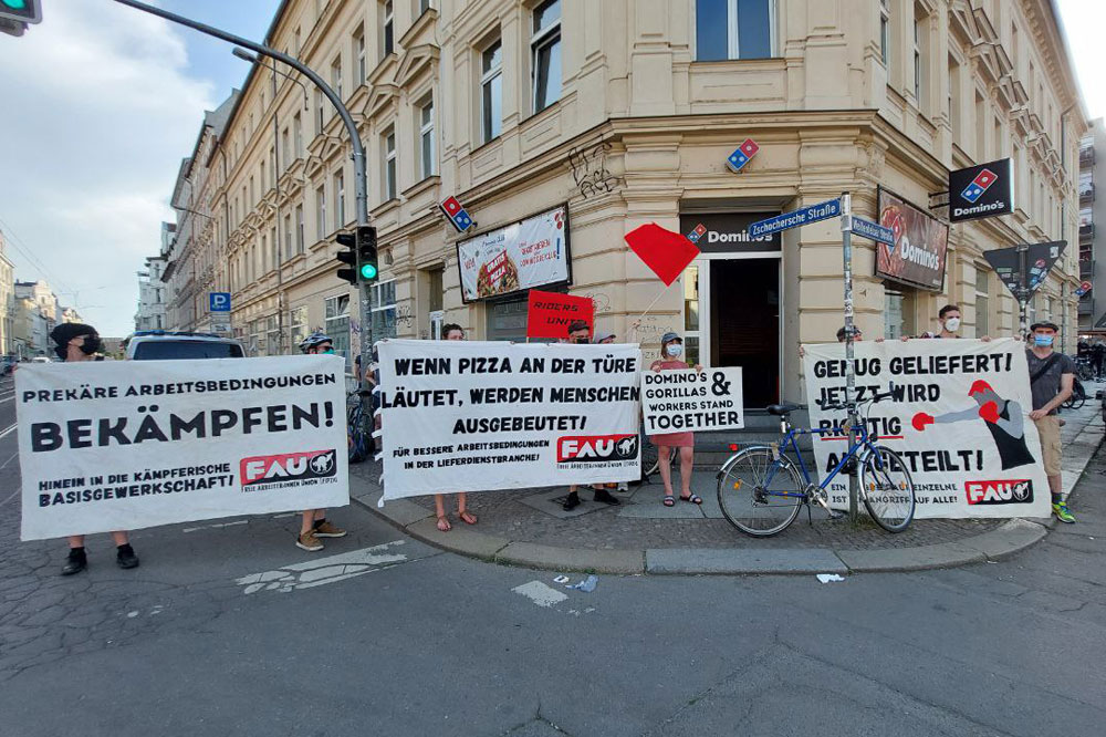 """Im Rahmen der Demonstration gegen den Umgang von Domino's Leipzig mit seinen Angestellten gründete sich am Samstag eine Betriebsgruppe mit dem Namen """"Dominoeffekt"""". Foto: LZ"""