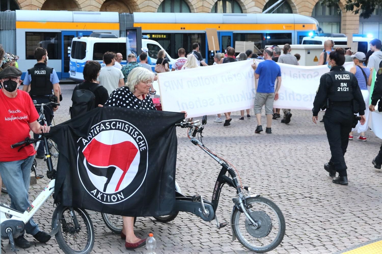 """""""Geh doch ins Seniorenheim"""" - der Gegenprotest wird friedlich angepöbelt. Foto: LZ"""