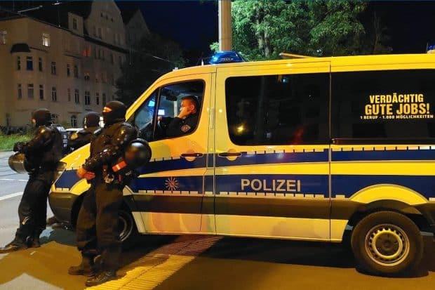 Gelangweilte Polizei im Leipziger Osten kurz nach 23 Uhr. Foto: LZ