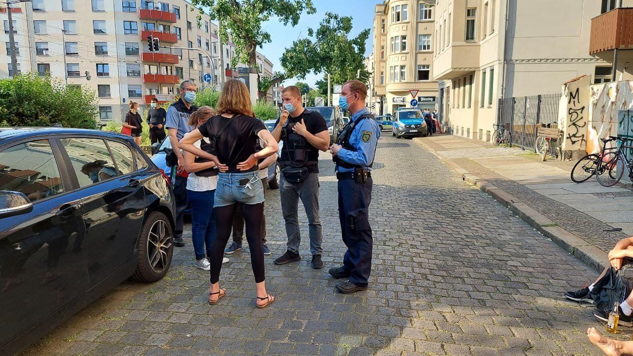 Erste Kommunikation mit der Polizei vor Ort, der Kontakt zum Eigentümer scheint nun zu bestehen. Foto: LZ