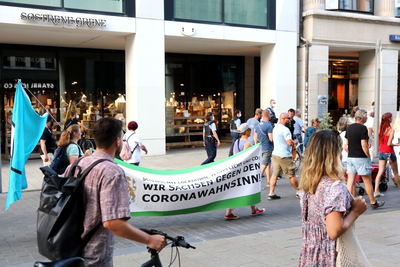 """Das Banner im Stil der """"Freien Sachsen"""" ist auf nahezu jeder Demo dabei. Foto: LZ"""