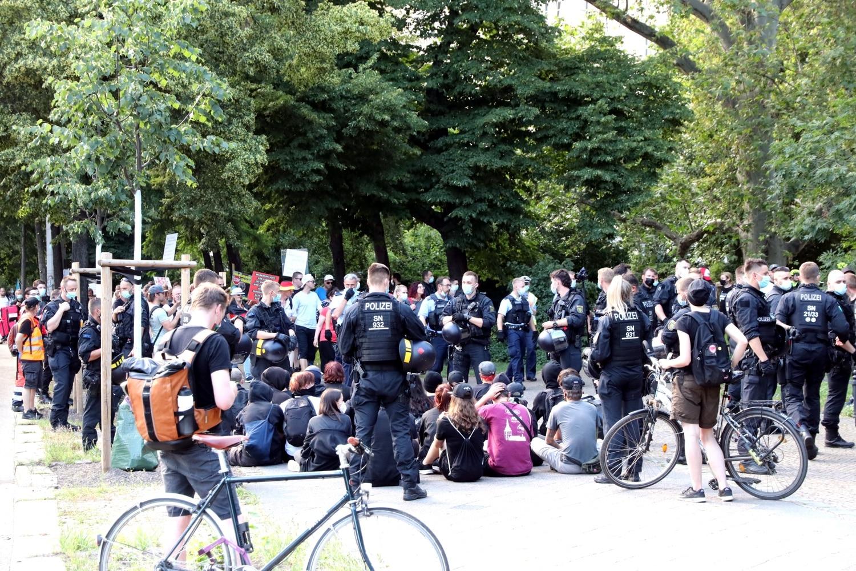 Statt eines Gegenprotestes auf dem Wagner-Platz gab es erfolglose Blockadeversuche des Gegenprotestes. Foto: LZ