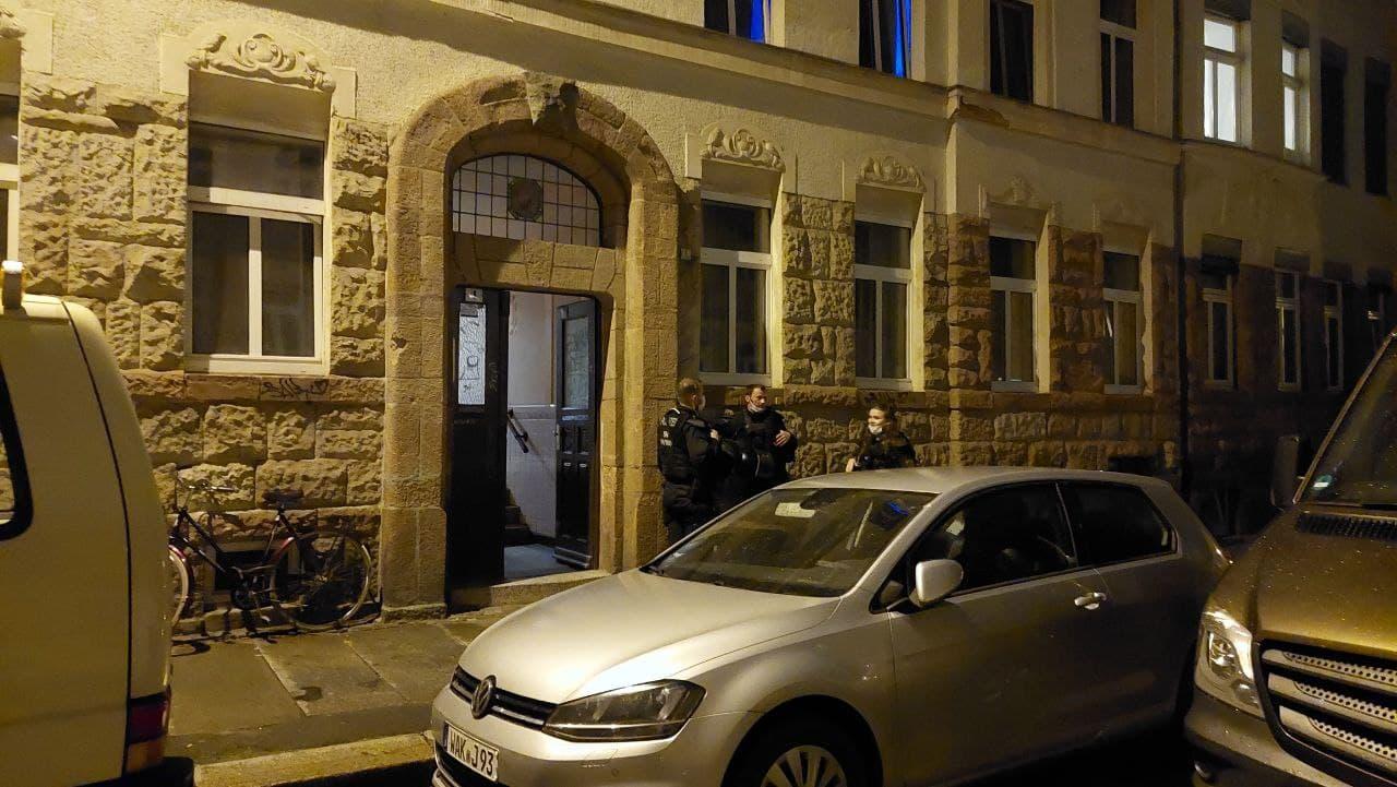 Über dieses Nebenhaus wurden die Festgenommenen abgeführt. Foto: LZ