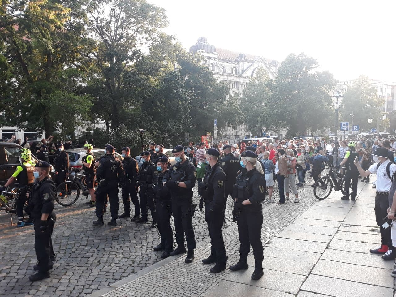 Und wieder stehen - die Blockade hat Platz genommen. Foto: LZ