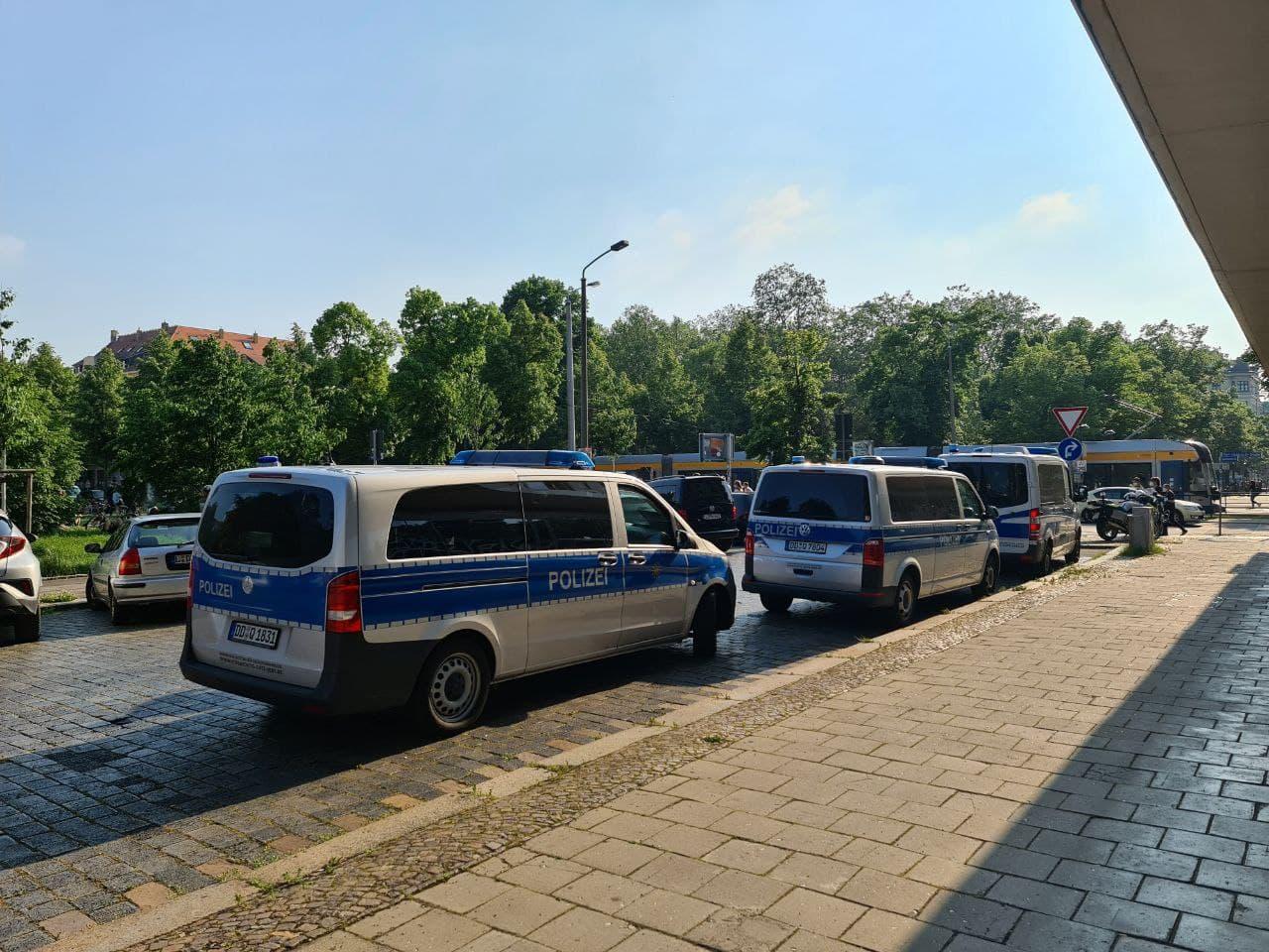 Polizei so weit das Auge reicht rings um den Wagnerplatz. Foto: LZ