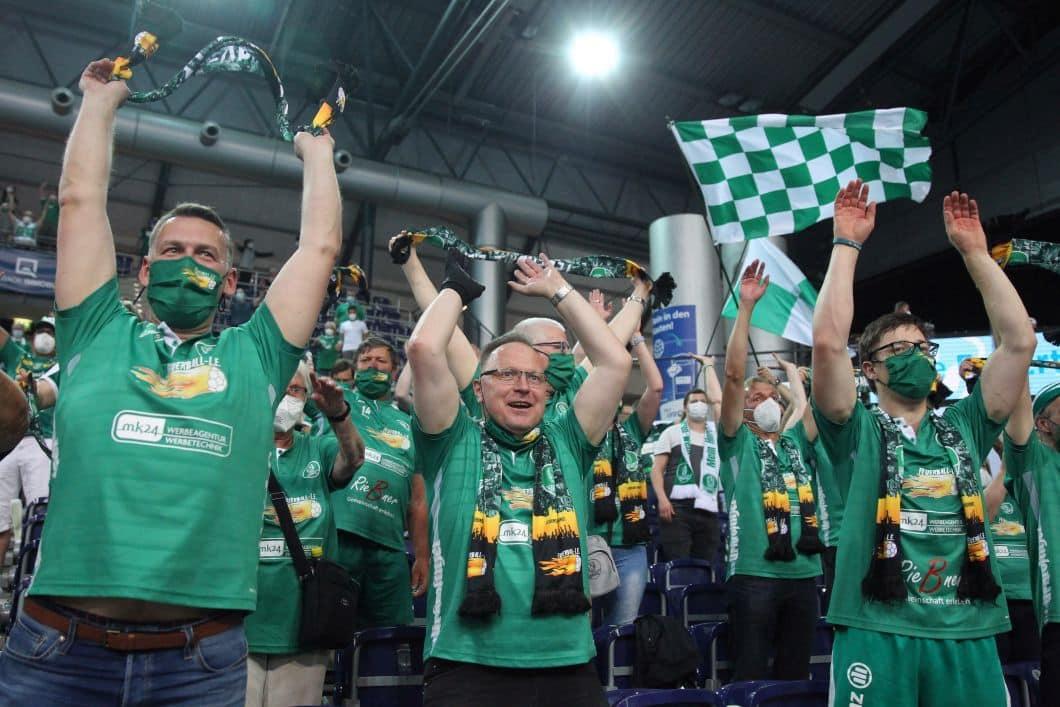 Handball, 1. Bundesliga, Saison 2020/ 2021, 33. Spieltag: SC DHfK Leipzig vs. TSV GWD Minden am 02.06.21 in der Quarterback Immobilien Arena Leipzig. Im Bild: Fans, Zuschauer, Jubel, Fahnen, Schals