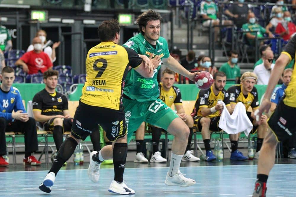Handball, 1. Bundesliga, Saison 2020/ 2021, 35. Spieltag: SC DHfK Leipzig vs. HSC 2000 Coburg am 16.06.21 in der Quarterback Immobilien Arena Leipzig. Im Bild: Martin LARSEN (17, SC DHfK Leipzig) will Dominic KELM (9, HSC Coburg) entkommen