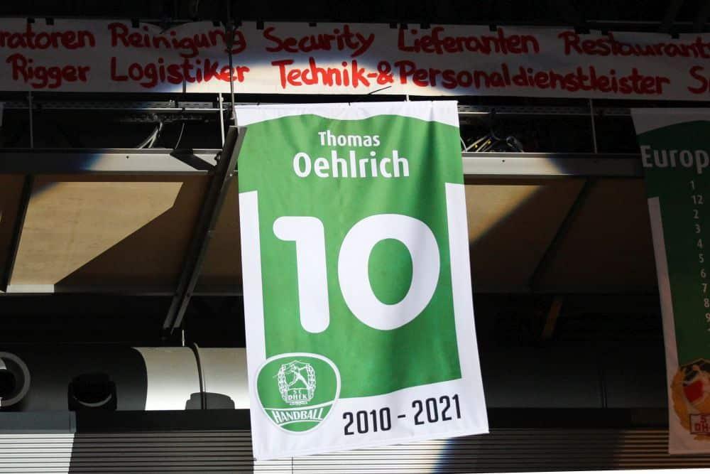 Handball, 1. Bundesliga, Saison 2020/ 2021, 37. Spieltag: SC DHfK Leipzig vs. HSG Nordhorn-Lingen am 23.06.21 in der Quarterback Immobilien Arena Leipzig. Im Bild: Thomas OEHLRICH (SC DHfK Leipzig) erhielt zum Abschied einen Platz in der Hall of Fame.