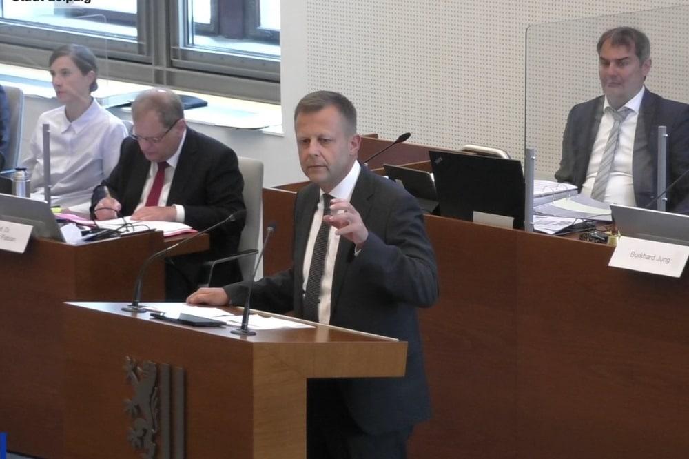 Torsten Bonew bei Einbringung der Vorlage. Screenshot: LIfestream, LZ