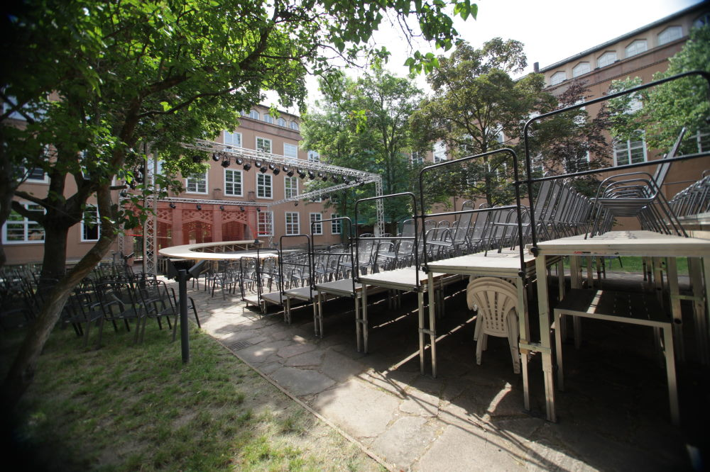 Die Bühne im Innenhof des Grassi-Museums. Foto: HMT / Siegfried Duryn