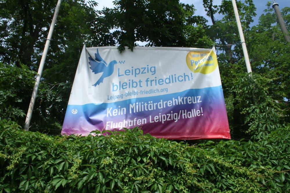 Leipzig bleibt friedlich: Plakat am Haus der Demokratie. Foto: Ralf Julke