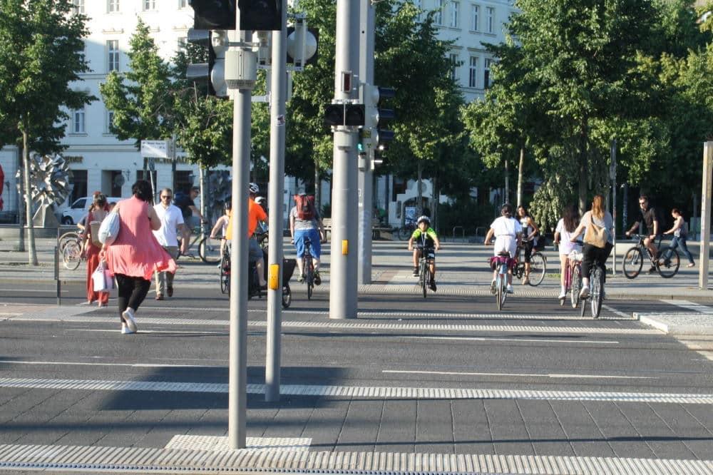 Der Überweg an der Haltestelle Goerdelerring ist bislang die einzig sinnvolle Querung auch für Radfahrer. Foto: Ralf Julke