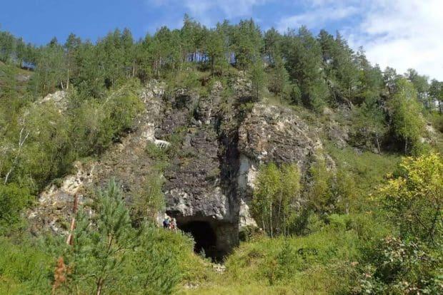 Der Eingang zur Denisova-Höhle, der bekannten Fundstätte in Südsibirien, in der sowohl Überreste von Neandertalern als auch ihrer asiatischen Verwandten, der Denisovaner, gefunden wurden. Foto: Richard G. Roberts