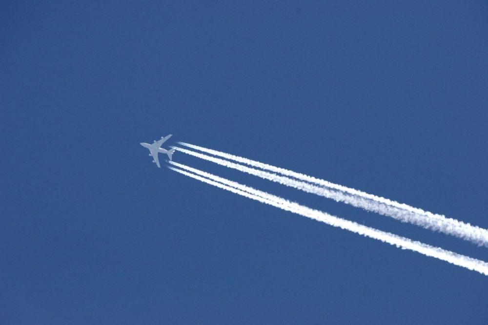 Flugzeuge erzeugen Kondensstreifen, die sich zu größeren Zirruswolken ausbreiten können. Foto: Colourbox