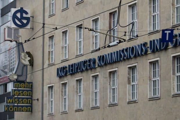 Die alte Werbung für LKG am Stammhaus in der Prager Straße. Archivfoto: Ralf Julke