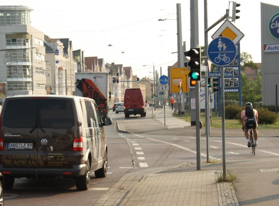 Mit allem rechnen als Radfahrer, auch in der Lützner Straße. Foto: Ralf Julke