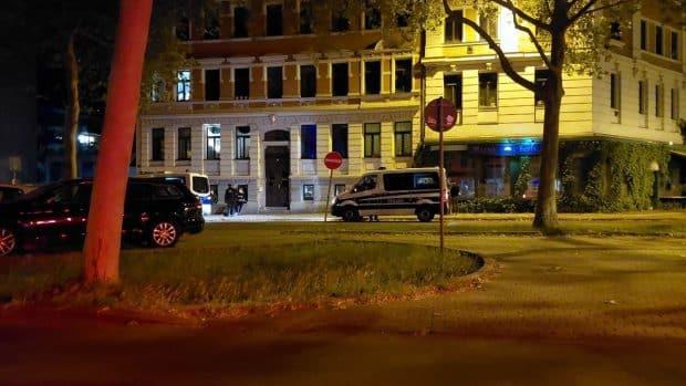 Polizisten kontrollieren etwa 1 Uhr zufällig Passanten an der Kurt-Eisner-Straße. Foto: LZ