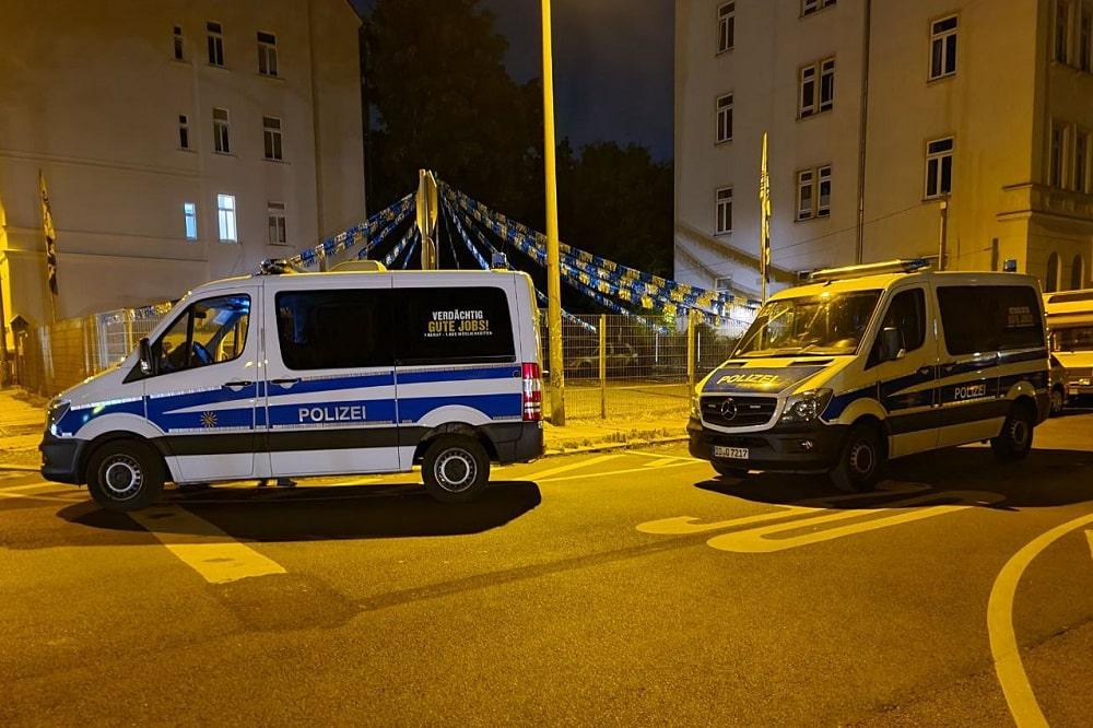 Nachdem ein verwirrter Mann sich an der Kreuzung bei der Bernhard-Göring-Straße mit einem Messer auf einen Polizeiwagen gesetzt hatte, musste das Gebiet abgesperrt werden. Foto: LZ