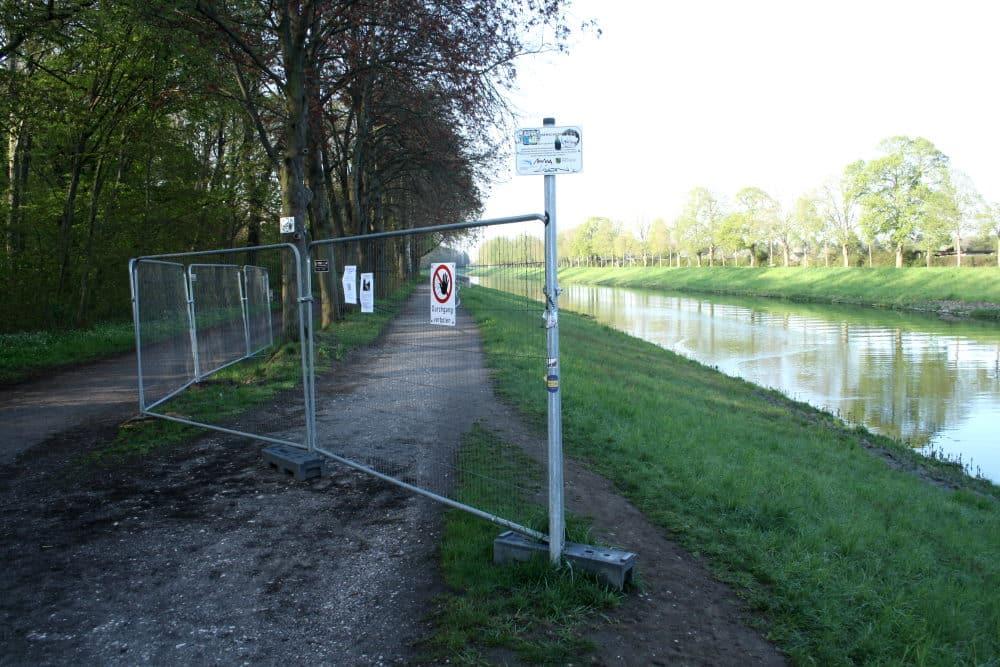 Abgesperrter Weg auf dem Ratsholzdeich. Foto: Ralf Julke