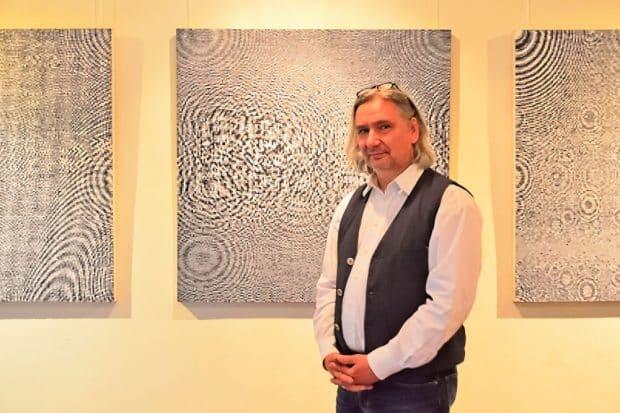 Schwingungen: der Künstler Björn Raupach. Foto: Detlef Rohde