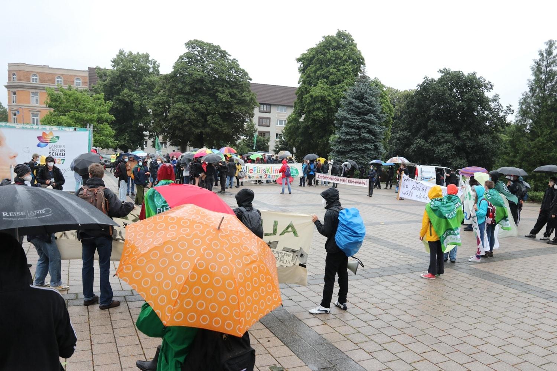 Gegen 15 Uhr kamen weitere Züge mit Unterstützerinnen ua. aus Leipzig an. Foto: LZ