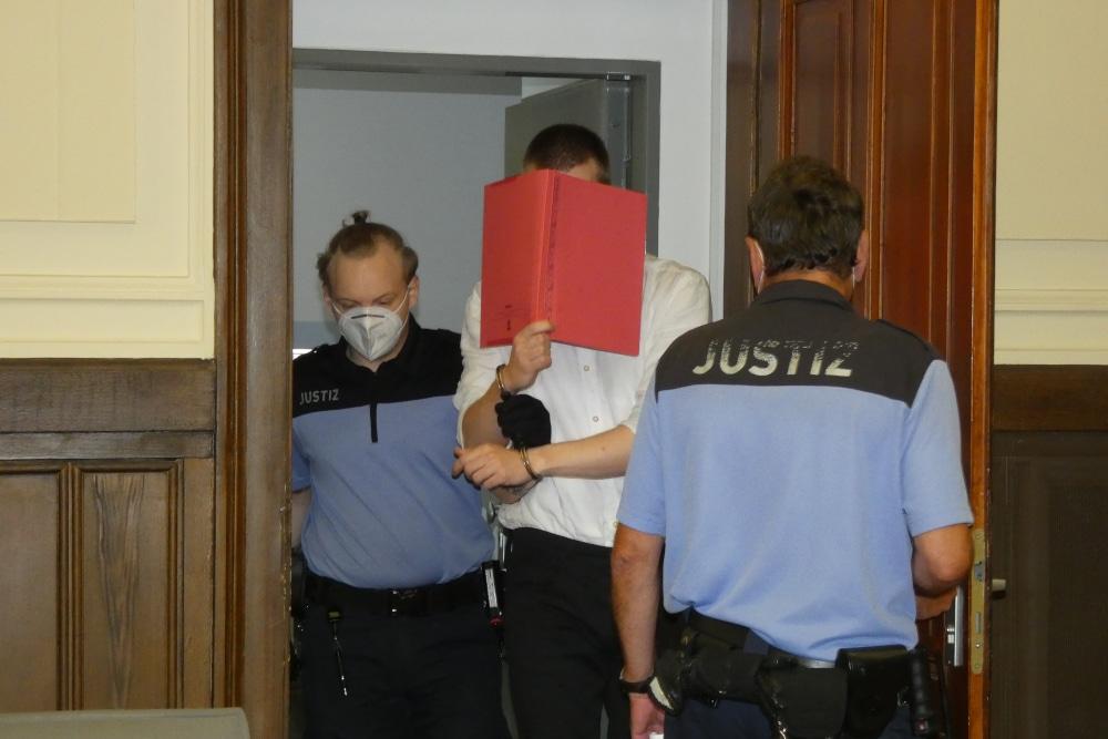 Justizbeamte führen den Angeklagten Ekkehart J. (31) in den Gerichtssaal. Foto: Lucas Böhme
