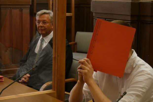 Ekkehart J. neben seinem Verteidiger Dr. Malte Heise. Foto: Lucas Böhme