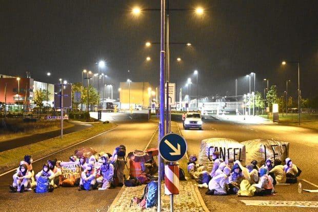 Wo beginnt das Betriebsgelände und wo ist öffentliche Straße? Und welcher Schaden entstand eigentlich wirklich bei der Aktion am 9./10. Juli am DHL-Hub? Foto: Tim Wagner