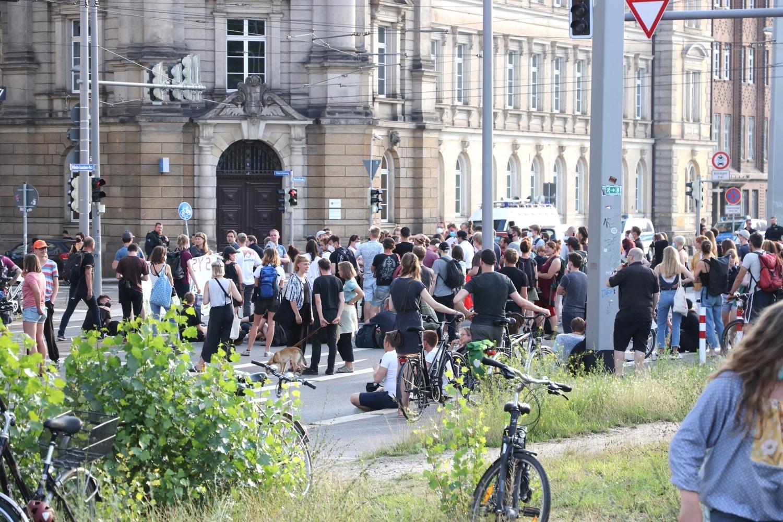 Nach Ende der KlimaFair-Messe auf dem Leuschnerplatz wurden es immer mehr Protestierende vor der PD Leipzig am Samstag. Foto: LZ
