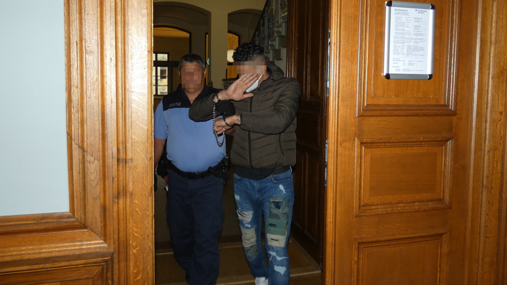 Abdelkader G. (25) wird von einem Justizbeamten in den Gerichtssal geführt. Foto: Lucas Böhme