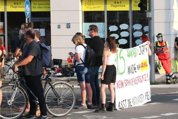 Solikundgebung für die im Gewahrsam befindlichen Aktovisten am 10. Juli 2021 an der PD Leipzig. Am Sonntag wurden dann alle freigelassen. Foto: LZ