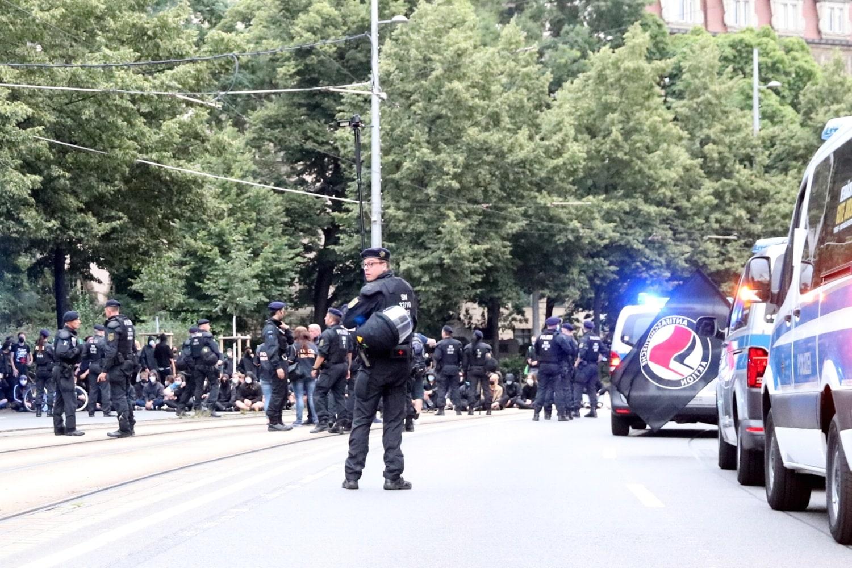 """Drei Blockaden, eine gestoppte """"Bürgerbewegung"""" und Stopp-and-go für die Polizei. Foto: LZ"""