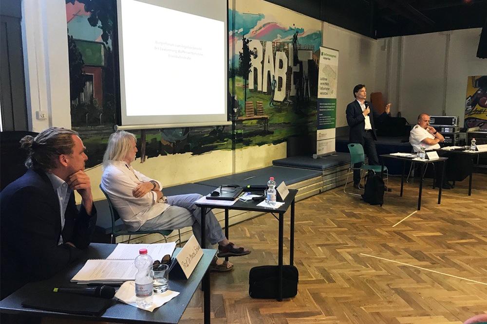 Im Offenen Freizeittreff Rabet wurde heute mit Bürger/-innen über die Ergebnisse der Evaluierung der Waffenverbotszone diskutiert. Foto: LZ