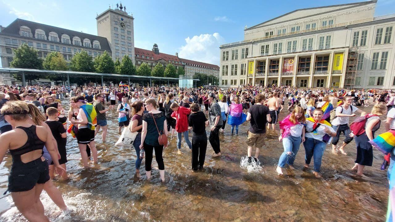 Hitze, CSD und ein Wasserbad auf dem Augustusplatz. Foto: LZ