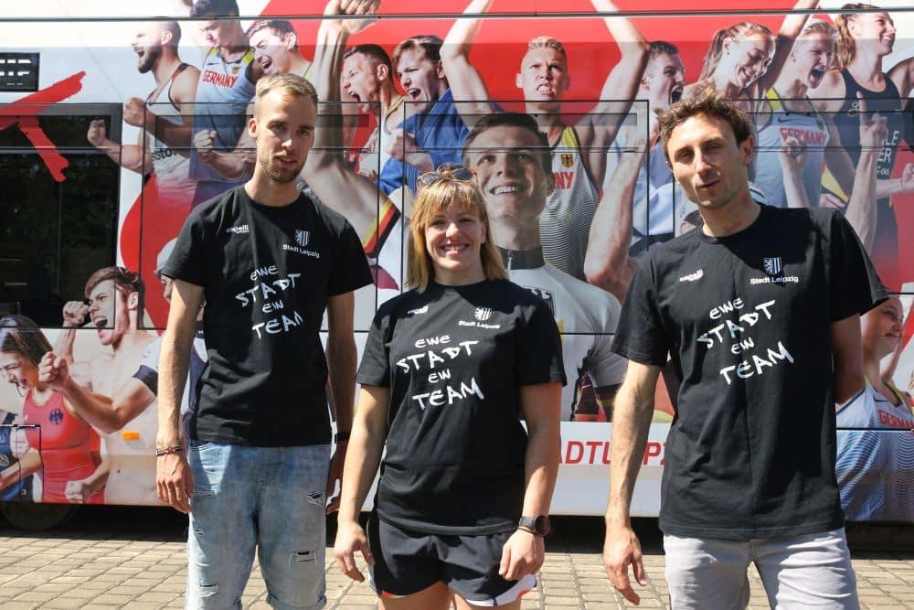 Judoka Marie Branser mit Marathonläufer Nic Ihlow (links) und Para-Triathlet Martin Schulz bei der Einweihung der Sportstadt-Straßenbahn. Foto: Jan Kaefer