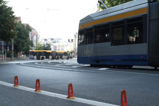 Wenn Bus und Bahn die Dresdner Straße unübersichtlich machen. Foto: Ralf Julke