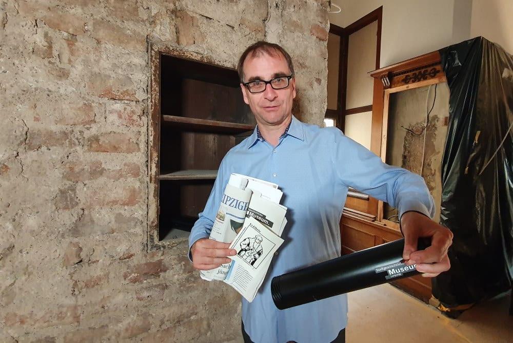 Dr. Anselm Hartinger mit der etwas mager befüllten Zeitkapsel. Foto: Stadtgeschichtliches Museum, Katja Etzold