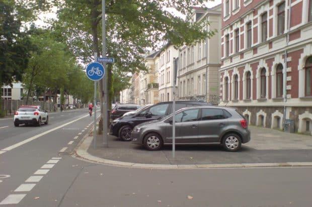 Gehwegparken in der Karl-Heine-Straße. Foto: privat