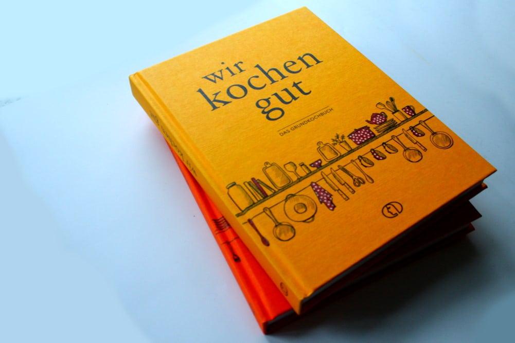 Zwei Bücher zum 75.: Wir kochen gut und Wir backen gut. Foto: Ralf Julke