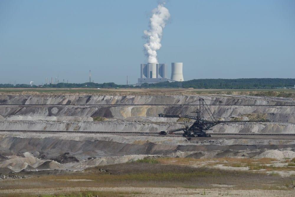 Braunkohletagebau, dahinter das Kohlekraftwerk Lippendorf bei Leipzig. Foto: Colourbox