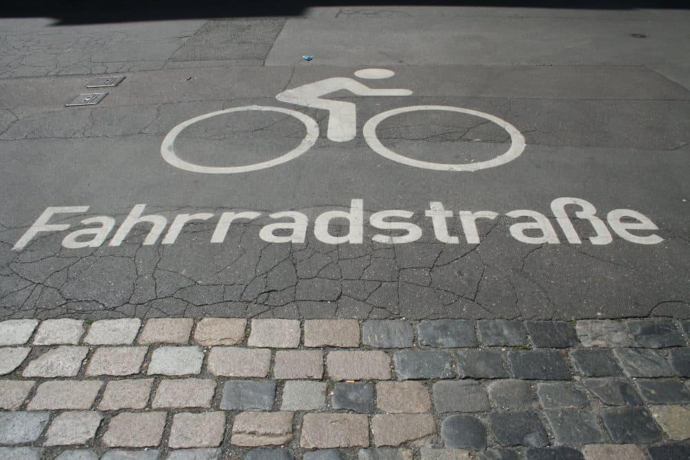 Piktogramm Fahrradstraße in der Härtelstraße. Foto: Ralf Julke