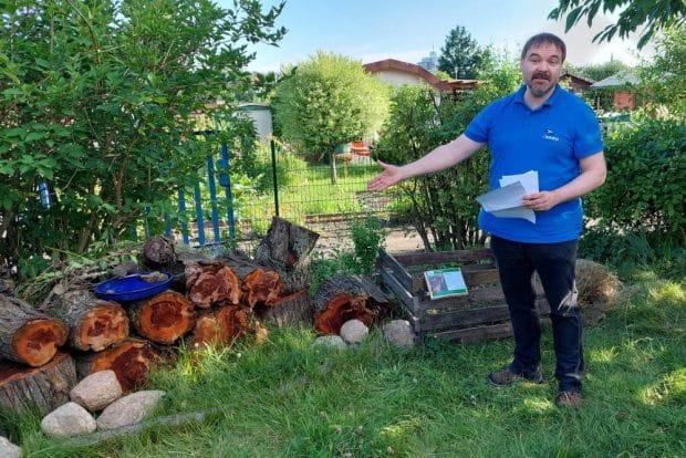 René Sievert erklärt, wie schon ein einfacher Holzstapel neue Lebensräume in der Stadt hervorbringt. Foto: LZ