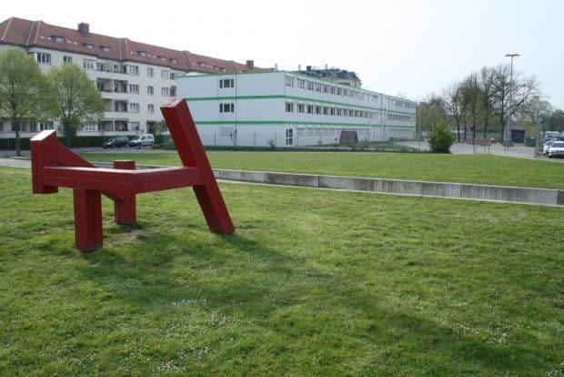Spielplatz Robert-Koch-PLatz mit angrenzender Containerschule. Foto: Ralf Julke