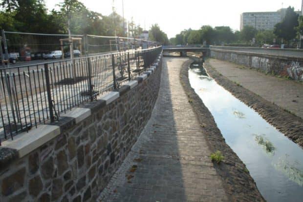 Die sanierte Ufermauer an der Parthe. Foto: Ralf Julke